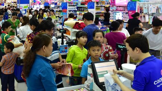 Siêu thị luôn tấp nập khách hàng mua sắm vào những ngày sát Tết