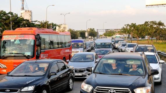 Phương tiện giao thông từ cao tốc TPHCM - Long Thành - Dầu Giây nối đuôi nhau qua nút giao thông An Phú chiều 11-2. Ảnh: THÀNH TRÍ