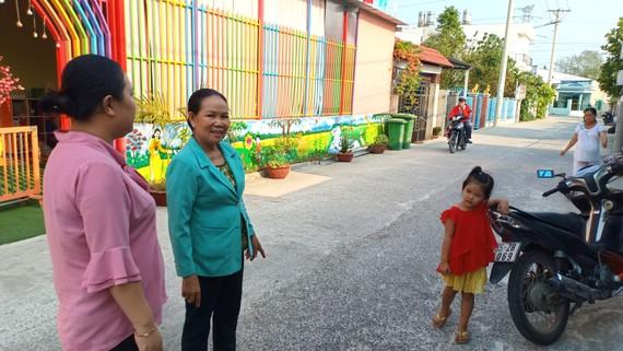 Bà Huỳnh Ngọc Thanh (phải) phấn khởi khi hẻm 1959 được mở rộng