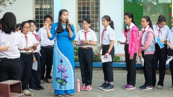 Một tiết học ngoài nhà trường của cô và trò Trường THCS Nguyễn Gia Thiều (quận Tân Bình)