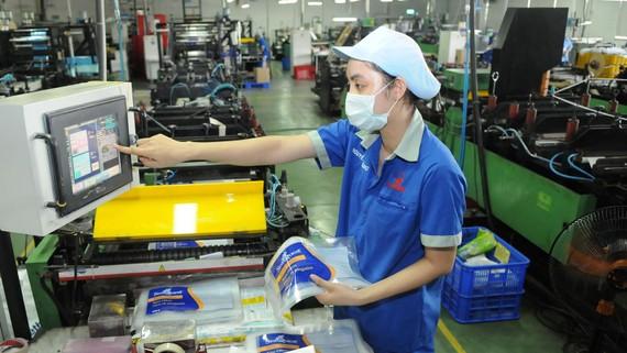Sản xuất bao bì nhựa tại Công ty Liksin. Ảnh: CAO THĂNG