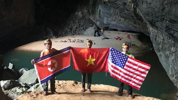 Quốc kỳ 3 nước ở hang Én được hãng thông tấn AP phát và nhiều hãng thông tấn quốc tế đưa lại