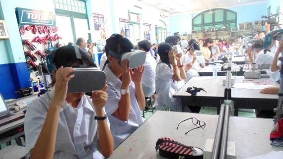 Một giờ học với kính thực tế ảo tại phòng học STEM của Trường THCS Lê Quý Đôn (quận 3)  Ảnh: THU TÂM