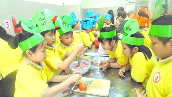 Học sinh tiểu học trải nghiệm một ngày làm đầu bếp