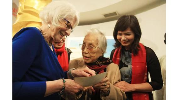 Bà Nguyễn Thị Bình và bà Nancy Hollander cùng nhau xem lại kỷ vật