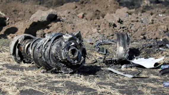 Động cơ máy bay tại hiện trường vụ rơi máy bay Ethiopian Airlines gần Bishoftu ngày 10-3. Ảnh: REUTERS