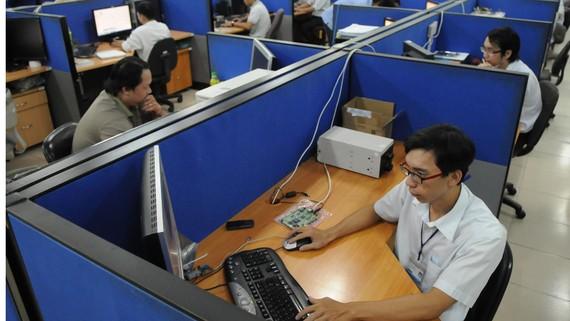 Thiết kế mạch điện tử điện thoại di động tại doanh nghiệp FDI Hoa Kỳ trong KCX Linh Trung, TPHCM. Ảnh: THÀNH TRÍ