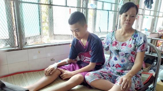 Chị Nguyễn Kim Thoa đang chăm sóc con trai 14 tuổi điều trị ung thư máu ở Bệnh viện Ung bướu TPHCM