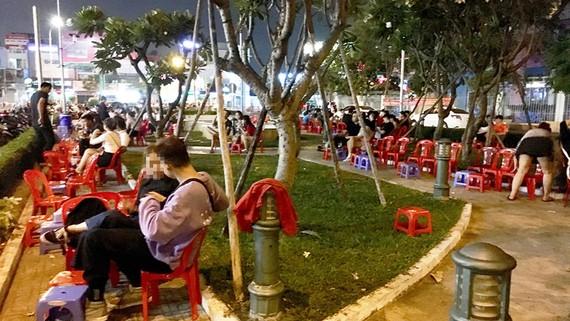 Hàng quán trong công viên
