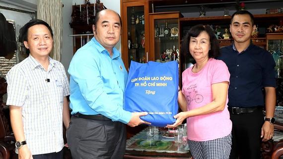 Ông Hồ Xuân Lâm, Phó Chủ tịch LĐLĐ TPHCM trao quà cho người nhà gia đình Liệt sĩ Trần Văn Kiểu