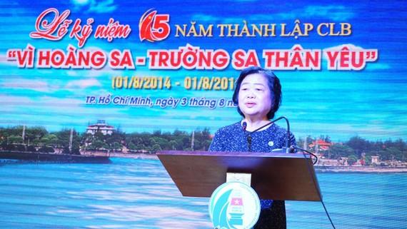 Bà Trương Mỹ Hoa (người sáng lập CLB) - Chủ tịch Quỹ học bổng Vừ A Dính phát biểu khai mạc