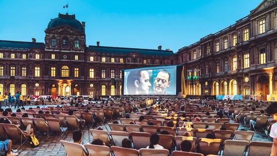 Khán giả xem phim tại chương trình Cinema Paradiso