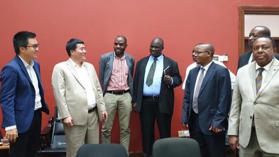 Đại diện lãnh đạo Chính phủ Tanzania và đại điện Tập đoàn T&T chia sẻ niềm vui sau khi hợp đồng được ký kết