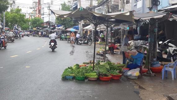 Hàng hóa bán tự do trên đường Hoàng Hoa Thám (quận Bình Thạnh)  gây mất an toàn giao thông