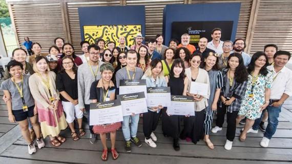 Các nhà làm phim Việt Nam nhận giải cùng đồng nghiệp nước ngoài