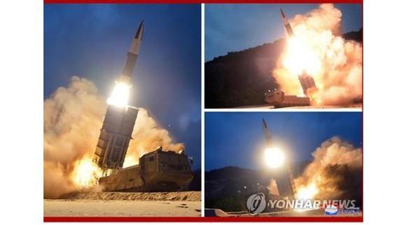 Bức ảnh này được Cơ quan Thông tấn Trung ương Triều Tiên - KCNA công bố ngày 11-8-2019. Trong ảnh là vụ thử tên lửa, một ngày say khi phóng từ thành phố biển phía đông Hamhung