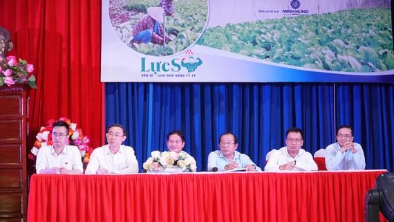 Lãnh đạo huyện, cùng các chuyên gia và đại diện doanh nghiệp giải đáp thắc mắc của các đại biểu