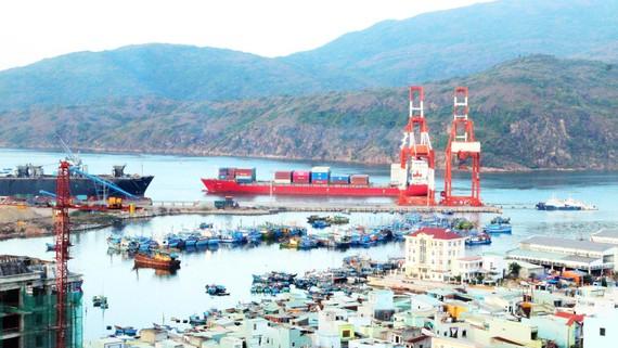 Miền Trung cần khai thác thế mạnh cảng biển gắn với logistics. Ảnh: NGỌC OAI