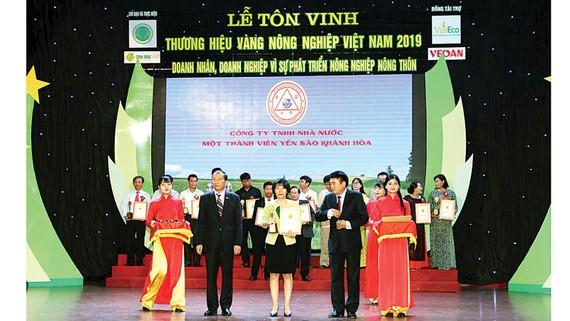 Đồng chí VõThị Thu Trang, Đại diện Ban Lãnh đạo Công ty Yến sào  Khánh Hòavinh dự nhận chứng nhận