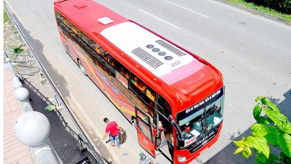 Xe đậu đón khách ở khu vực Khu du lịch văn hóa Suối Tiên sáng 31-8. Ảnh: THÀNH TRÍ