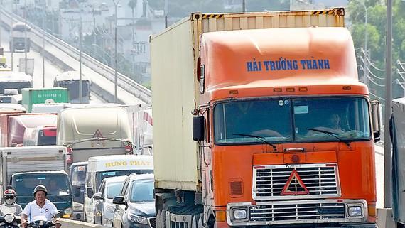 Xe container lưu thông tại TPHCM. Ảnh: THÀNH TRÍ
