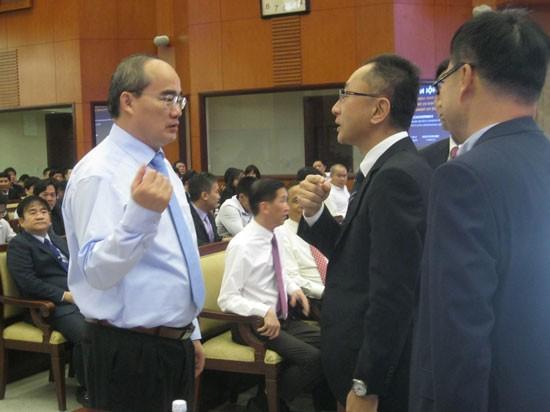 Bí thư Thành ủy Nguyễn Thiện Nhân trao đổi với nhà đầu tư Nhật Bản.