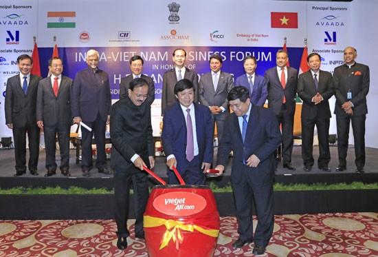 Lãnh đạo Việt Nam và Ấn Độ chứng kiến nghi thức đánh trống công bố đường bay thẳng Việt Nam - Ấn Độ.