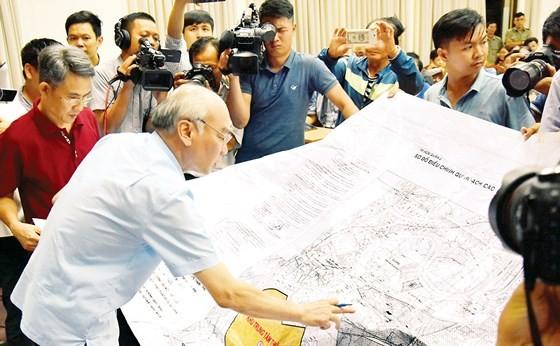 Phó Trưởng đoàn chuyên trách Đoàn ĐBQH TPHCM Phan Nguyễn Như Khuê xem bản đồ do người dân cung cấp. Ảnh: QUANG HUY
