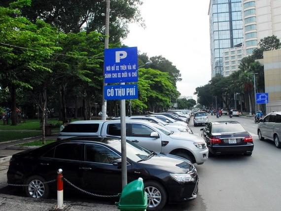 Một điểm thu phí ô tô đậu dưới lòng đường.