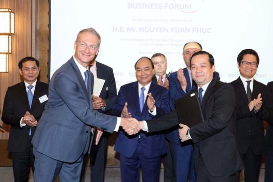 Tổng Giám đốc Tập đoàn Phạm Đức Long (bìa phải) và ông Harald Preiss, Giám đốc kinh doanh mạng di động của Nokia khu vực châu Âu ký kết thỏa thuận hợp tác dưới sự chứng kiến của Thủ tướng Nguyễn Xuân Phúc.