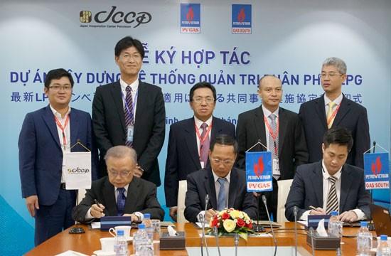Lễ ký kết chuyển giao công nghệ theo dõi lượng gas tiêu thụ.