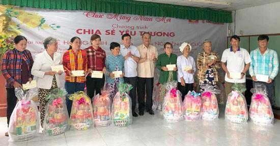 CTCP Đầu tư Phú Cường Kiên Giang tặng quà tết cho bà con vùng nông thôn huyện Vĩnh Thuận (Kiên Giang).