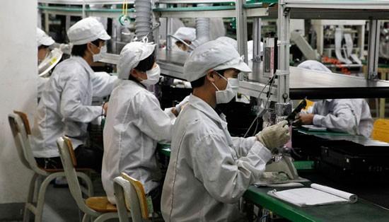 Công nhân làm việc trong một nhà máy Foxconn.