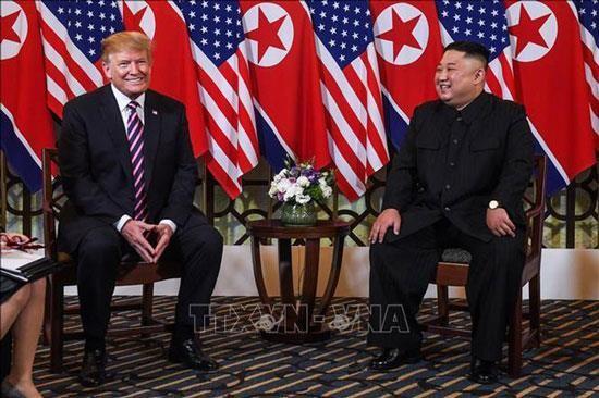Tổng thống Mỹ Donald Trump (trái) và Chủ tịch Triều Tiên Kim Jong-un trong cuộc gặp đầu tiên tại Hội nghị thượng đỉnh Mỹ-Triều lần thứ 2 tại Hà Nội ngày 27-2-2019.