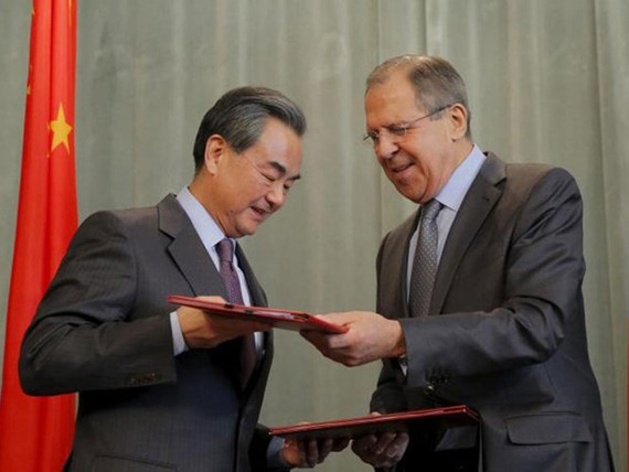 Ngoại trưởng Trung Quốc Vương Nghị (trái) và Ngoại trưởng Nga Sergei Lavrov