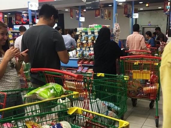 Người Qatar vội vã tích trữ thực phẩm, ồ ạt rút tiền khỏi ngân hàng
