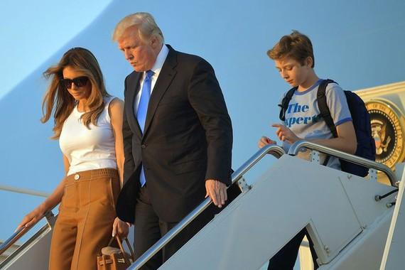 Nhà Trắng thêm 2 nhân khẩu, Tổng thống Trump không còn phải một mình