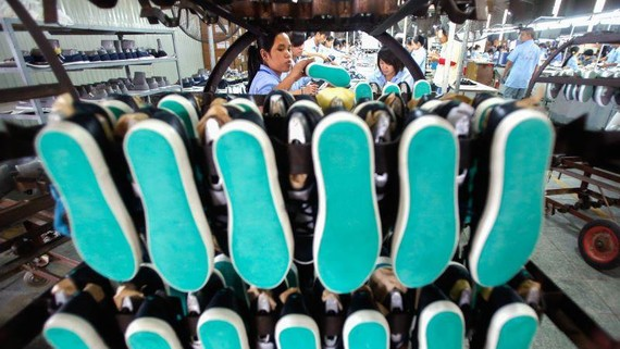 A shoe factory in Hanoi: Vietnam's apparel industry is fretting over rising costs.   © Reuters