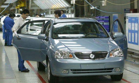Workers work at a product line of Buick Excelles at Jinqiao South Vehicle Plant of Shanghai General Motors Corp. in Shanghai, China on May 28, 2005. (China Photos/Getty Images)