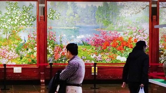 Paintings are displayed at a gallery handling North Korean art in Dandong, China. (Photo by Akira Kodaka)