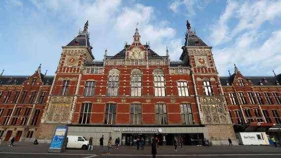 """The central train station in Amsterdam: the Netherlands is one of the world's top destinations for """"phantom"""" direct investment, a new study finds.   © Reuters"""