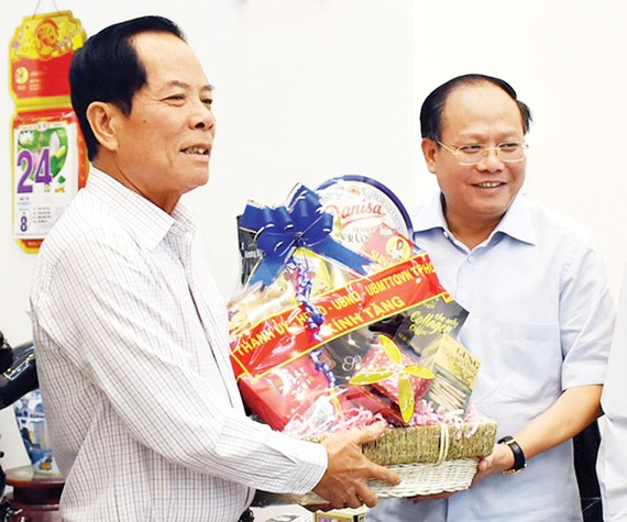 Phó Bí thư Thường trực Thành ủy TPHCM Tất Thành Cang thăm, tặng quà Thiếu tướng Lê Minh Thắng, nguyên Phó Tư lệnh Quân khu 7