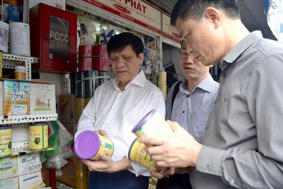 Thứ trưởng Bộ Y tế Nguyễn Thanh Long kiểm tra ATTP tại chợ Kim Biên