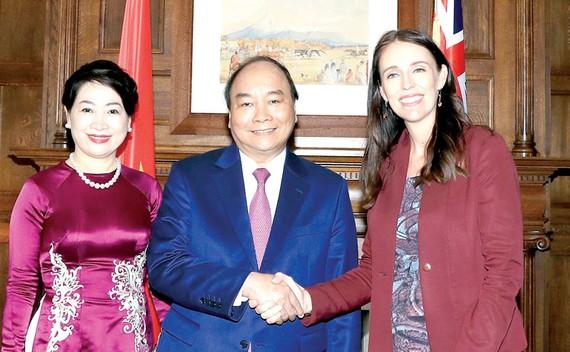 Thủ tướng New Zealand Jacinda Ardern đón tiếp Thủ tướng Nguyễn Xuân Phúc và phu nhân   Ảnh: TTXVN