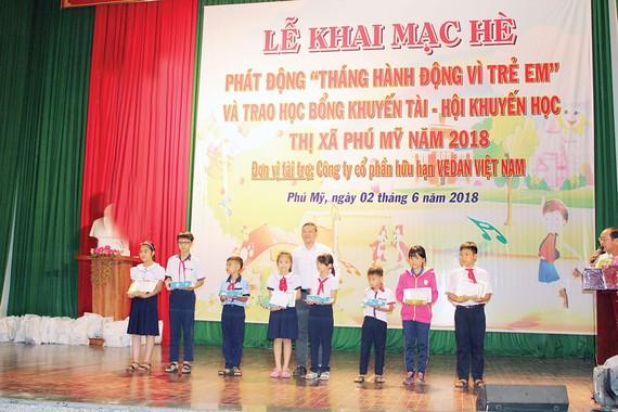 Vedan Việt Nam trao học bổng Khuyến học - Khuyến tài cho học sinh nghèo hiếu học