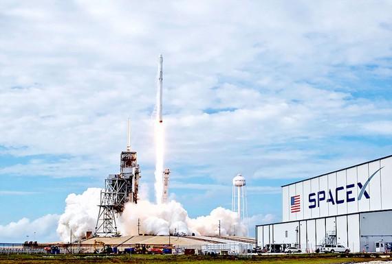 SpaceX hoãn kế hoạch đưa du khách lên Mặt Trăng