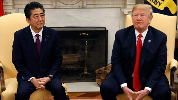 Thủ tướng Nhật Bản Shinzo Abe gặp ông Donald Trump tại Nhà Trắng. Ảnh: Reuters
