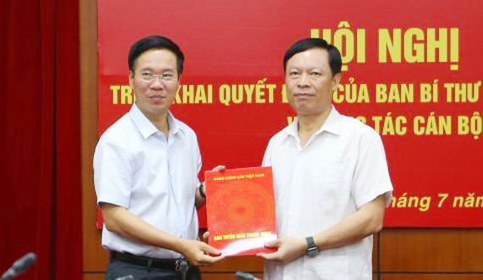 Ông Phạm Văn Linh nhận nhiệm vụ Phó Chủ tịch chuyên trách Hội đồng Lý luận Trung ương. Ảnh: TTXVN