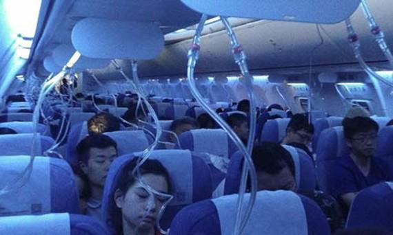 Mặt nạ dưỡng khí bung xuống sau khi máy bay phải hạ độ cao khẩn cấp. Ảnh: SCMP