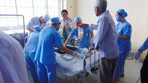 Nạn nhân của vụ truy sát đang được cấp cứu tại Bệnh viện đa khoa tỉnh Bạc Liêu. Ảnh: VOV